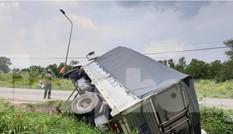 Xe bán tải rụng bánh văng xa hàng chục mét sau tai nạn