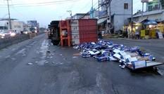 Xe đầu kéo lật ngang trên QL1A,hàng trăm thùng bia đổ tràn ra đường