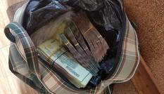 Sáng sớm thấy túi tiền lớn trước cửa, chủ quán cơm trình báo công an