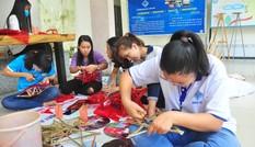 Sinh viên tự tay làm lồng đèn tặng trẻ em vùng sâu vui trung thu