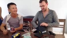 Du khách nước ngoài mừng rơi nước mắt nhận lại ví thất lạc