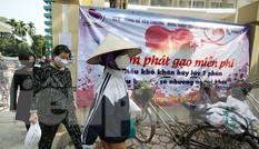 Thêm nhiều điểm phát gạo, thực phẩm miễn phí cho người khó khăn ở Hà Nội