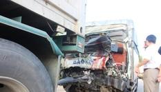 Tài xế, phụ xe chết kẹt trong cabin xe tải sau cú tông đuôi container