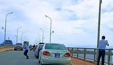 Đoàn xe biển xanh dừng trên cầu Nhật Lệ, Thứ trưởng Bộ Xây dựng xin lỗi người dân
