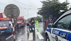 Đội mưa tiếp tế cơm, bánh mì cho tài xế, hành khách bị kẹt do bão số 9