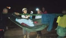 16 thanh niên đi bộ xuyên đêm 40km đưa bệnh nhân cấp cứu
