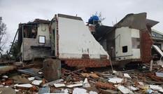 Sóng đánh sập hàng loạt ngôi nhà ven biển Hội An