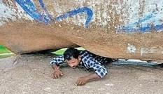 """""""Tảng đá thần kỳ"""" chữa đau lưng ở Ấn Độ, với một vết lõm vừa đủ một người chui vào"""