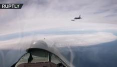 Cận cảnh cặp tiêm kích Su-27 hộ tống F-16 của Bỉ ra khỏi lãnh thổ Nga