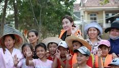 Hoa hậu Đỗ Mỹ Linh lội nước trao quà cho người dân vùng rốn lũ