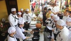 Lính hải quân Mỹ thử sức nấu mì Quảng, đúc bánh xèo