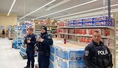 Cảnh sát Canada tăng cường an ninh, bảo vệ... giấy vệ sinh ở các siêu thị