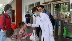 Bản tin COVID-19: Thêm 2 bệnh nhân lây nhiễm cộng đồng, hàng ngàn học sinh phải nghỉ học