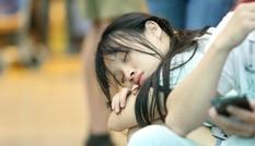 Ngủ gục ở sân bay Tân Sơn Nhất đón Việt kiều về quê ăn tết
