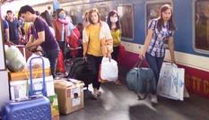 Công nhân nghèo mừng rỡ vì được tặng vé tàu về quê ăn tết