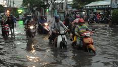 Đường ngập kinh hoàng sau mưa lớn, người Sài Gòn 'vật lộn' với dòng nước đẩy xe về nhà