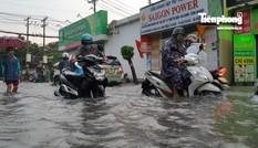 Đường phố Sài Gòn ngập mênh mông sau cơn mưa chiều cuối tuần