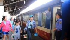 Đường sắt giảm giá vé, miễn phí chở hàng cứu trợ đến miền Trung
