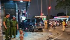 Ô tô 'điên' tông nhiều xe máy tại giao lộ rồi lao lên vỉa hè, 4 người bị thương