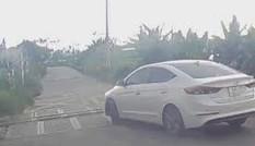 Ôtô băng qua đường ray trước đầu tàu hoả