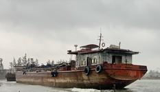 Xà lan trôi dạt trên vùng cảng biển Dung Quất đe dọa an toàn hàng hải