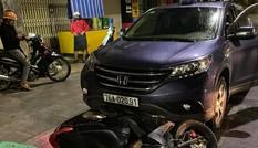 Kinh hãi cảnh ô tô 'nuốt' xe máy chở thai phụ rồi kéo lê trên phố