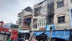 Cháy nhà dân dữ dội trong gió bão