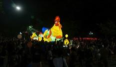 Cận cảnh đèn lồng khổng lồ của người Dao trên phố đi bộ