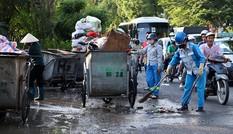 Lao công 'vật lộn' với rác thải ùn ứ, chất đống ở Hà Nội