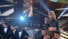 Taylor Swift gợi cảm trên sân khấu X-Factor