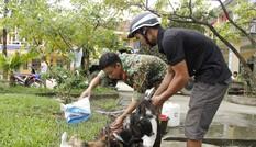 Người dân mang gà, vịt, rau quả 'tiếp sức' lực lượng cứu hộ ở Rào Trăng 3