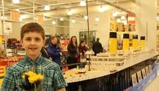 Cậu bé tự kỷ lắp mô hình tàu Titanic siêu lớn bằng Lego, rồi tự thay đổi cuộc đời mình