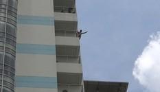 Gần 2 giờ giải cứu thanh niên lõa thể dọa nhảy lầu