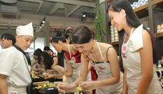 Thí sinh Hoa hậu Việt Nam vào bếp làm sushi phong cách Nhật