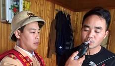 CSGT xuống sông phạt 'ma men' lái tàu thủy ở Bắc Ninh
