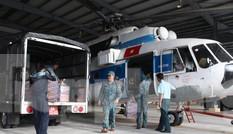 Dùng trực thăng Mi-171 vận chuyển lương thực cho người dân bị cô lập