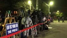 Hàng trăm phóng viên quốc tế trắng đêm chờ đoàn tàu của ông Kim