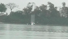 Quên kéo phanh tay, xe ô tô bị trôi xuống sông khiến 1 người tử vong