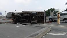 Xe tải tông dải phân cách, lật ngang trên cầu Sài Gòn