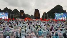 Hàng nghìn học sinh đội mưa cổ vũ Chung kết Đường lên đỉnh Olympia