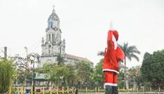 Ông già Noel khổng lồ nổi trên hồ nước ở Hà Nội
