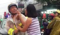 Người phụ nữ nắm áo, chửi mắng CSGT giữa đường