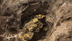 Đào được bình cổ chứa kho báu hơn 1.100 năm