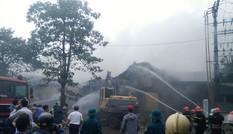 Cả trăm người hối hả khống chế đám cháy cực lớn gần Aeon Mall Long Biên