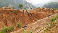 Gùi lương thực, vượt rừng khẩn cấp tiếp tế 3.000 hộ dân bị cô lập ở Quảng Nam