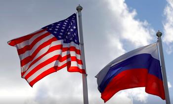 Quốc kỳ của Mỹ (trái) và Nga. (Ảnh: Reuter)
