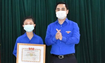 Gifted a certificate of merit for the female student who picked up nearly half a billion dong and returned the droper