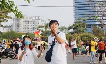Saigon young people fly kites,