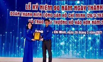 Mr. Bui Quang Huy, Permanent Secretary of the Central Youth Union awarded the certificate of typical youth project for