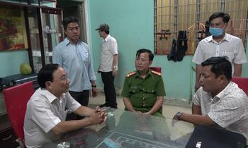 Cảnh sát thực hiện lệnh bắt giữ ông Nguyễn Văn Ngưu (đứng giữa)